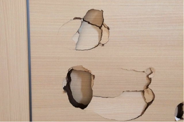 室内ドアは意外と簡単に穴が開く?その理由とは?