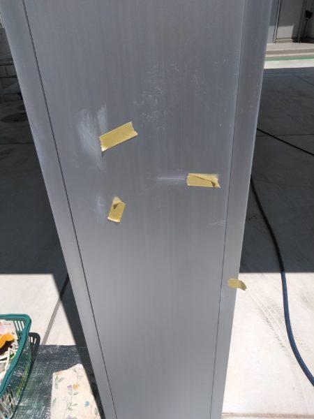 カーポート(車庫)の柱に擦ってできたサッシ系のキズ(千葉県木更津市)